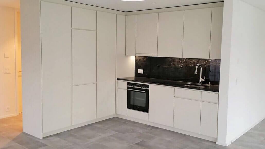 weiße, edle Küche mit Eckelement | Schreinerei Heer