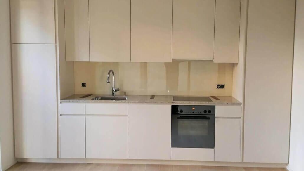 weiße Küche, marmorierte Platte | Schreinerei Heer