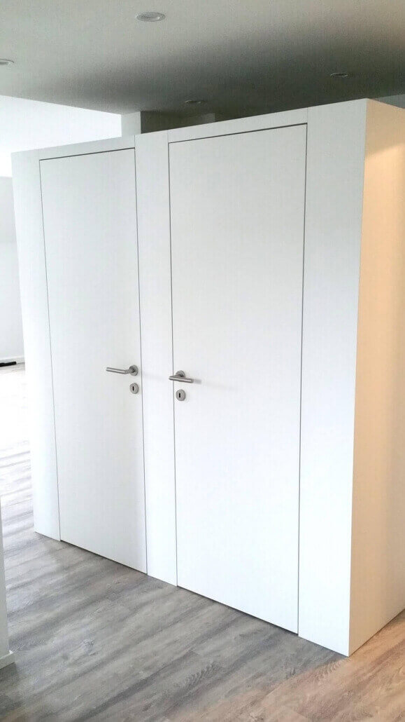 weiße Ankleide mit zwei Türen | Schreinerei Heer