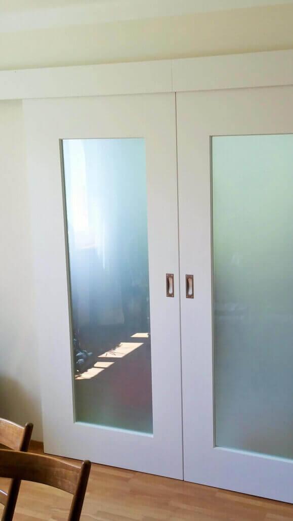 weiße Schiebetür mit Glaselementen | Schreinerei Heer
