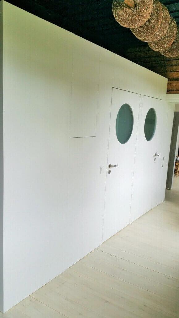 weiße Türen mit zwei Bullaugen | Schreinerei Heer