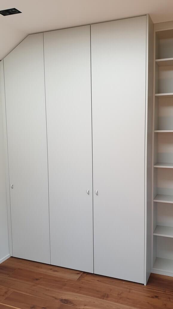 großer weißer Einbauschrank mit drei Türen | Schreinerei Heer