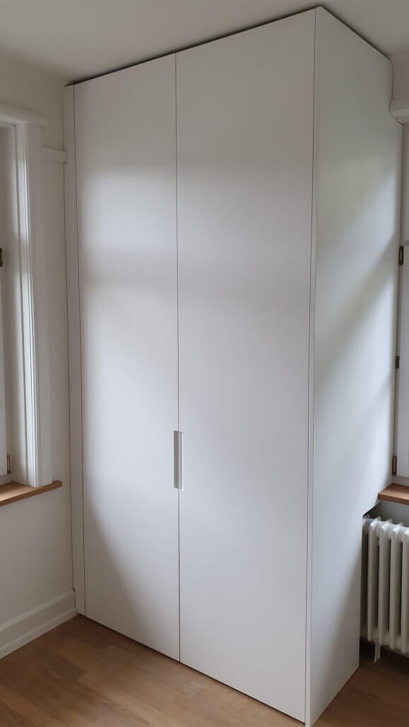 weißer Einbauschrank mit zwei Türen | Schreinerei Heer