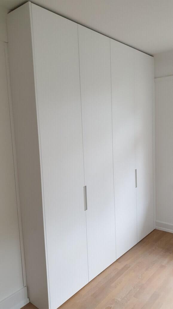 großer weißer Einbauschrank mit viel Staufläche, vier Türen | Schreinerei Heer